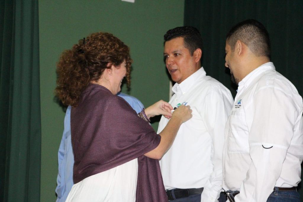 8062e07e9 Luis Reyes recibiendo el pin de cinco años en el ICC.